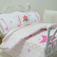 1:12 Scale Pink Doll Quilt Bed Miniature Dollhouse Accessory Stars & Bows Patchwork Shabby Chic Cottage Comforter Bedspread Quilted Bedding