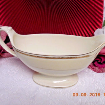 Homer Laughlin China Dinnerware Viceroy, Eggshell Georgian #G3571 Gravy boat