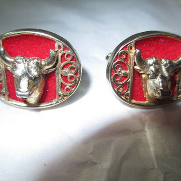 Swank Cufflinks Bull Cow Steer Figural Signed Red Felt Bright Shiny Gold Tone