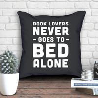 Book Lovers never goes to bed alone | Pillowcase With Stuffing