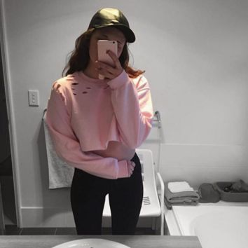 The new solid color holes exposed long-sleeved female umbilical sweater