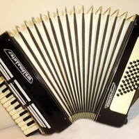Musical Instrument Accordion for beginner  children German Accordian. WELTMEISTER SEPERATO 48 bass. 262