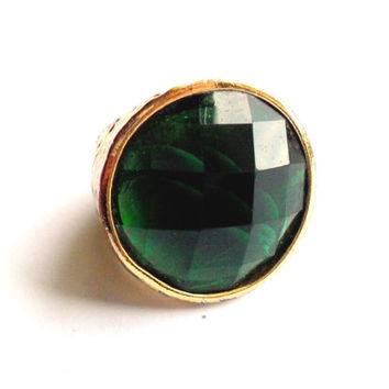 Vintage Green Foiled Cocktail Ring - Chunky Statement Ring - Gold Tone Hammered Ring - Faceted Plastic Emerald Cabochon - Size 7.5