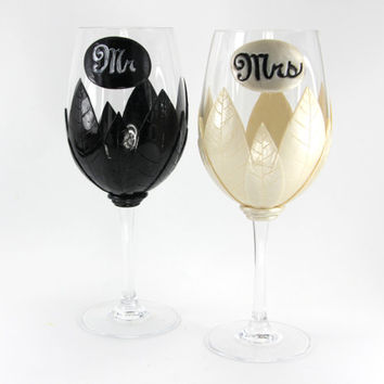 Black and Pearl White Wine Glasses, Custom Wine Glasses, Wedding Gift, Handmade Wine Glasses, Ivory Wedding, Unique Wine