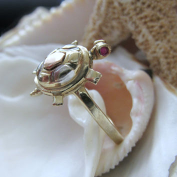 10k Multi tone Movable Trembler Turtle Ring with Ruby Eyes