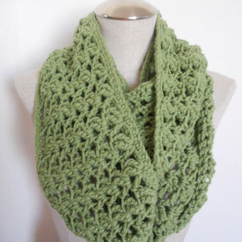 SALE ENDS OCT 1st!! Crochet Cowl in green, cowl scarf, infinity scarf, circle scarf Womens Accessory Winter Fashion