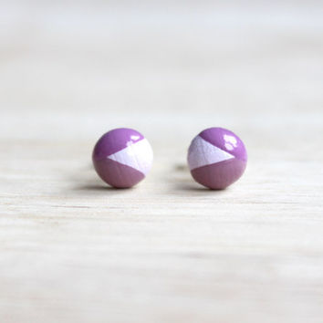 geometric wooden stud earrings - lilac purple dipped // wood stud earrings 8 mm - everyday jewelry, eco-friendly stud earrings