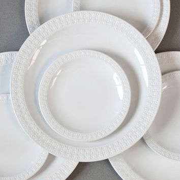 Corning Centura White Sculpted Rim Tulip Pattern Dinnerware Set 8 Piece Dinner Plates and Bread Plates 1969