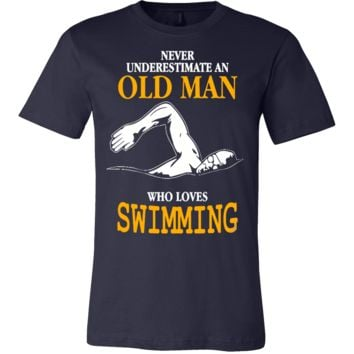 NEVER UNDERESTIMATE AN OLD MAN WHO LOVES SWIMMING T-SHIRT