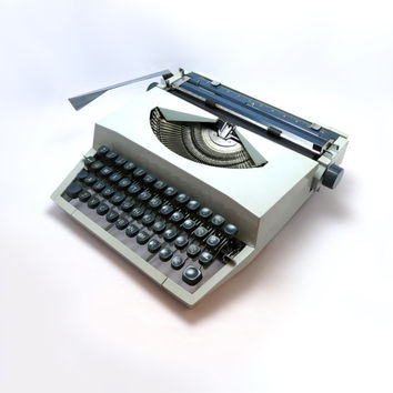 1960s Light Grey Vintage Imperial Messenger Working Manual Portable Typewriter. In Good Working Order. Leather Carry Case Included.
