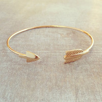 CHARMING GOLDEN ARROW BANGLE