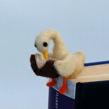 Felt miniature goose bookmark White woolen goose Animal miniature Waldorf Funny gift idea Comical idea Book lovers Sweet figurine bookmark
