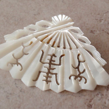 Fan Pin Brooch Mother of Pearl MOP Hand Carved Asian Vintage 112014RC