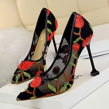 Kit Heel Point Toe Embroidery Mesh Pumps
