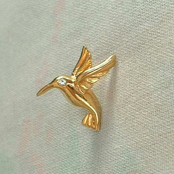 SI Signed Tiny Hummingbird Tie Tac Lapel Pin Rhinestone Eye Avian Bird Jewelry