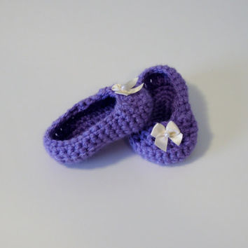 Crochet girl booties with white bow, crochet purple booties, crochet purple booties with bow, purple baby booties, purple crochet shoes