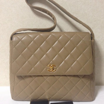 Vintage CHANEL taupe brown caviar leather large handbag, shoulder bag with golden CC closure. Classic and daily use purse
