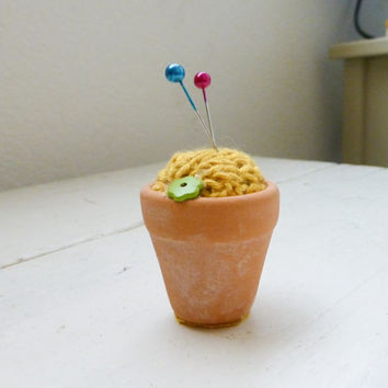 Knit pincushion, pincushion yello, flower pot, container pincushion, cute pincushion, small pincushion, knit supplies, quilting pincushion