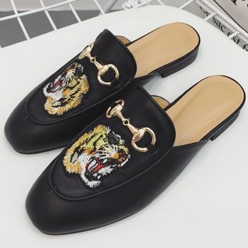 Gucci casual half slippers and slacker shoes on the flat bottom of the tiger's head