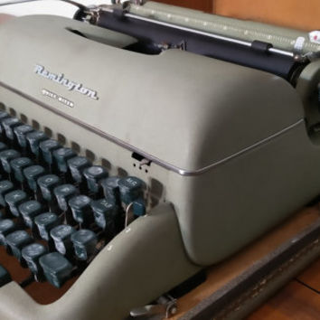 Antique 1950s Remington Quiet-Riter portable typewriter, vintage typewriter, Remington typewriter quiet riter with case, office decor