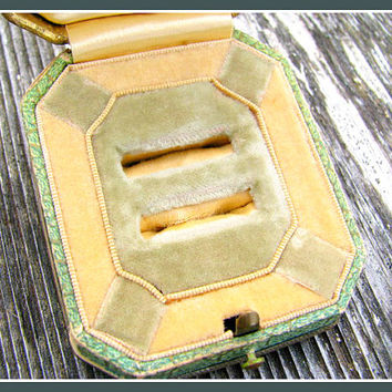 Charming Old Ring Box, Beautiful Ivory and Light Green Interior, Double Ring Slots, Ring Presentation or Display, Late Art Deco Period
