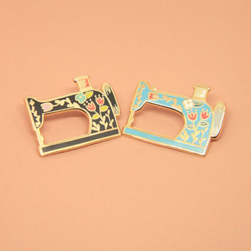 BLACK Vintage-Style Sewing Machine Pin (listing for one only), Hard Enamel, Enamel Pin, Lapel Pin, Pin Badge, Flair, Brooch, Badge, Collar P