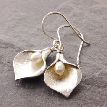 Calla Lily Earrings, flower earrings, floral earrings, gift for mom, flower jewelry, mothers jewelry, calla lily jewelry, N6