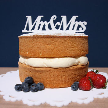 mr&mrs cake toppers for a wedding, silver mr and mrs, bride and groom cake topper, simple cake, country wedding cake