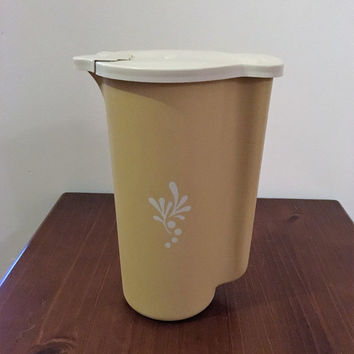 Vintage 1960s Tupperware 2 Quart (1.8 Litres) Almond Coloured Pitcher and Flip Top Lid / 129-2 & 624-6 / Carafe / Retro Juice Jug