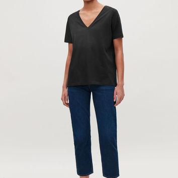 WIDE V-NECK T-SHIRT - Black - T-shirts - COS