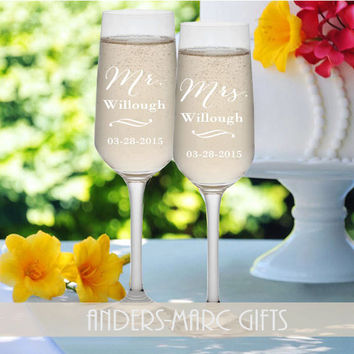 SET of 2 Mr. and Mrs. Champagne Flutes Personalized  **  Sophisticated Contemporary Design * * Wedding Shower, Bridal Couple Wedding Gift *