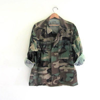 Vintage men's military green camoflauge army long sleeve shirt jacket camo coat with patches // size Large