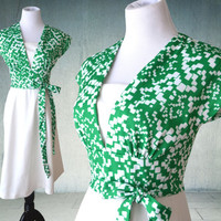 1970s Dress Wrap Style in Crisp Green and White