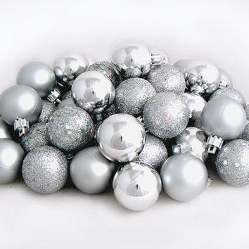 60 Shatterpoof Ball Ornaments - Color:silver Splendor