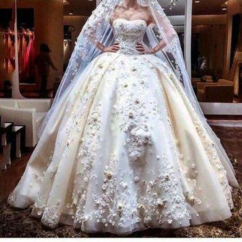 fashionable strapless lace appliques crystal pattern ball gown wedding dresses train robe de mariage bridal gown 2017