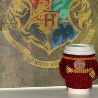 Harry Potter inspired coffee cozy Travel mug cozy Gryffindor badge Hogwarts uniform Starbucks cup holder Hand knit Harry Potter cup sweater