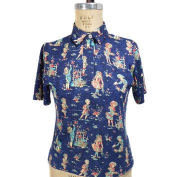 1970s Novelty Blouse / Victorian Children Print / Polyester / Collared / Short Sleeves / Fitted Blouse / Womens Vintage Blouse / Size Medium