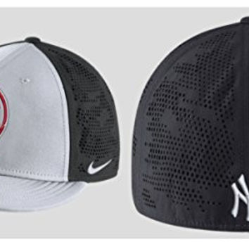 Nike Men's New York Yankees Dri Fit True Vapor Swoosh Flex Fitted Hat (S/M)