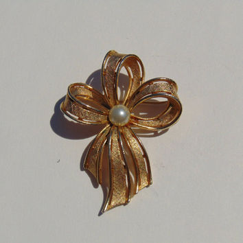 Vintage signed Usner gold tone ribbon with pearl Brooch Pin Lapel