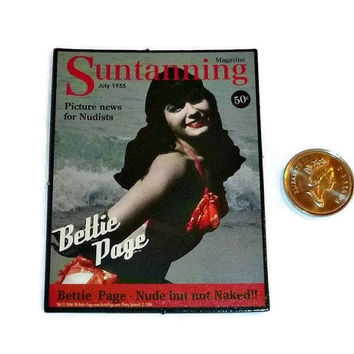 Pin-up Bettie Page Magnet, 50's Vintage Pinup, Betty Page Suntanning Magazine Pin-Up Girl Fridge Refrigerator Magnet Memorabilia New UNUSED
