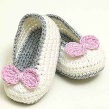 Baby Girls Crochet Shoes White with Silver Bows Handmade  0//3 mths