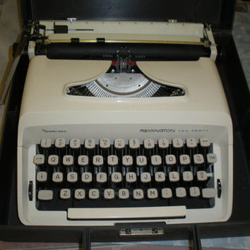 Vintage Portable Manual TYPEWRITER Remington Ten Forty, Cream color, with case