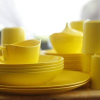 FREE SHIPPING...... Vintage 36-Piece Oneida Deluxe Dishes Melmac Melamine Yellow Dinnerware Set