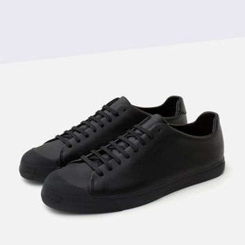 SINGLE COLOR SNEAKERS WITH TOE CAP DETAIL New
