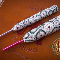 Love Handles for aesthetics and ergonomics-Clay Crochet Hook, black & white with pink flower
