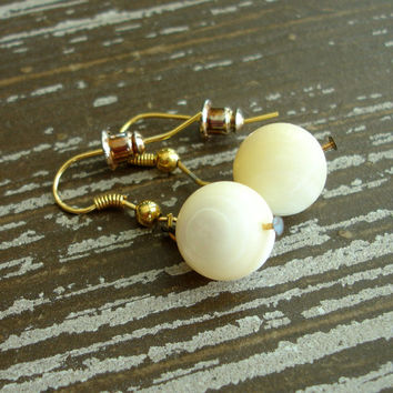 Vintage Mother of Pearl Earrings, Beaded Drop Earrings, Iridescent White Cream MOP Pierced Dangle Earrings, 1950s Mid Century Estate Jewelry
