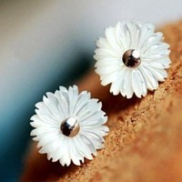Fashion Cute Shell Daisy Stud Earrings