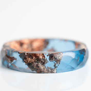 size 8 thin multifaceted eco resin ring | overcast blue with metallic copper leaf flakes