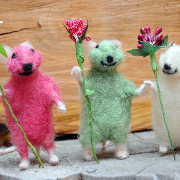 Felted mouse with flower! Nice miniatures for great gift!