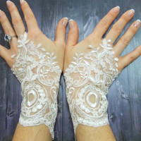 Lace Gloves, Ivory White Short Cute Wedding Gloves, Romantic Fingerloop lace, Free Shipping, Sophisticated wedding